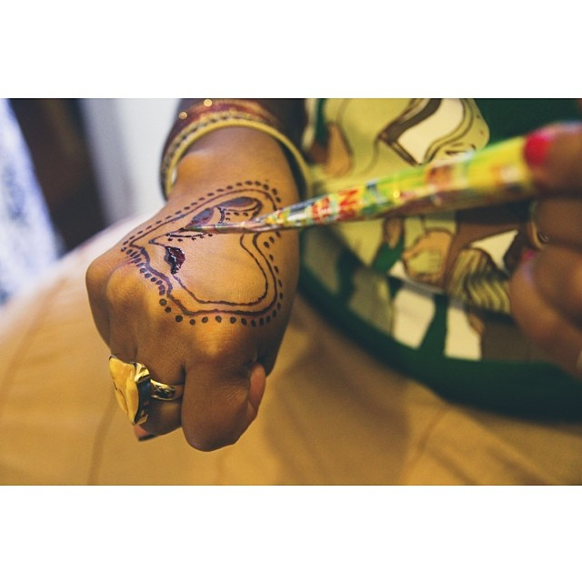 #bts with the queens @aqueenesimran of #maathership + nyoka of #kulchacoloringworks &  for BarakaBlue's upcoming video for his new joint #LoveAndLight #ameen #peacepeacepeace #powerpowerpower #Africa #henna #mehndi #oakland